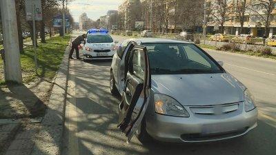 Автомобил блъсна младеж на спирка във Варна и избяга