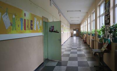 От утре учениците от 5. до 12. клас в малките населени места се връщат в класните стаи
