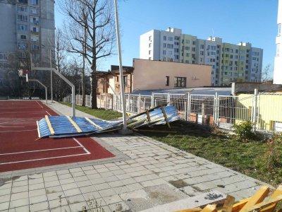 Вятърът събори покрив и огромна топола в Хасково (Снимки)