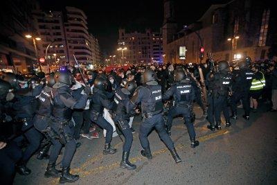 Трета нощ на сблъсъци и безредици в Испания заради осъдения рапър