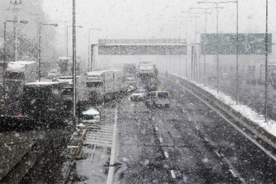 Обилен снеговалеж блокира обществения транспорт в Атина
