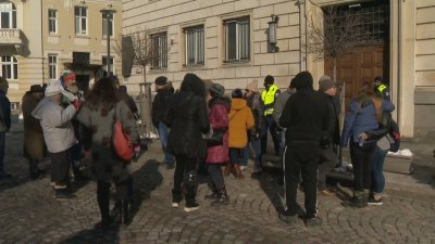 Протест пред Столичната община заради трагичния инцидент с момчето, ударено от ток