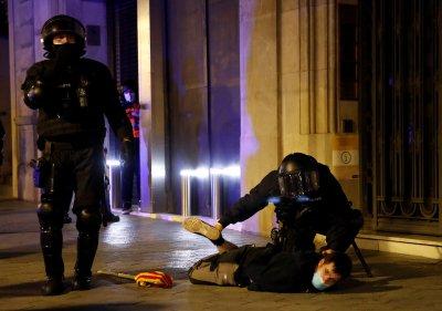 Пета поредна нощ на сблъсъци между демонстранти и полиция в Испания