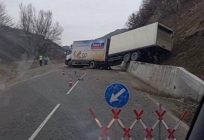 Катастрофирал ТИР затрудни движението по пътя Банско - Гоце Делчев