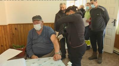 Мобилен екип ваксинира две села в община Разлог