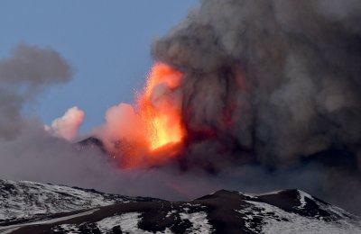 Вулканът Етна изригна отново (Видео, снимки)