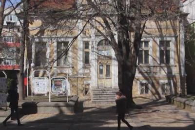 По зрителски сигнал: Руши се емблематична къща в Добрич