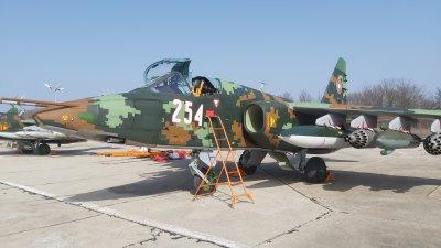 НА ЖИВО: Министърът на отбраната инспектира възстановените самолети Су-25