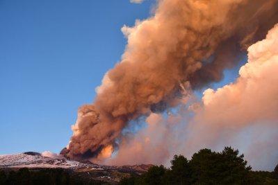 Вулканът Етна продължава да бълва лава