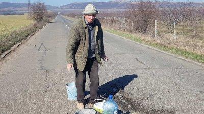 81-годишният дядо Георги сам запълва дупките между две села (ВИДЕО)