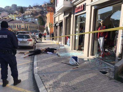 Мъж вилня с бухалка в магазин във Велико Търново