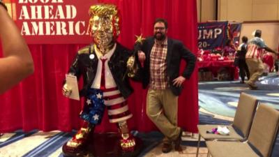 Доналд Тръмп от злато - по шорти и джапанки