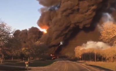 Влак с гориво се запали след сблъсък с камион