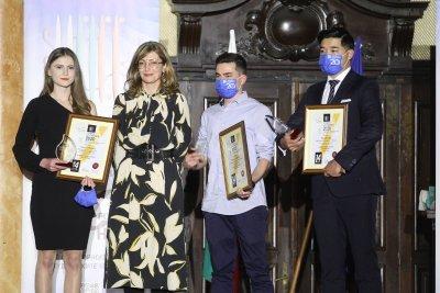 Екатерина Захариева връчи награди на най-добрите чуждестранни студенти у нас