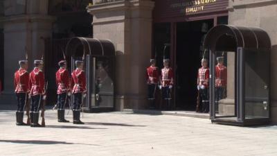 Тържествена смяна на почетния гвардейски караул пред президентството