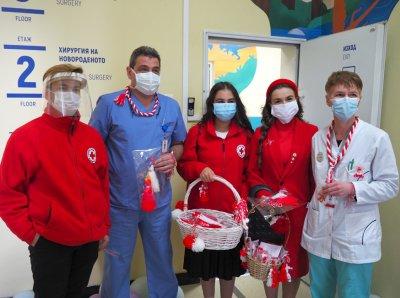 БЧК зарадва с мартенички малките пациенти и медици в столични болници