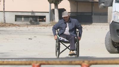 История за добрина и съпричастност: Млада жена спаси мъж в инвалидна количка от студа