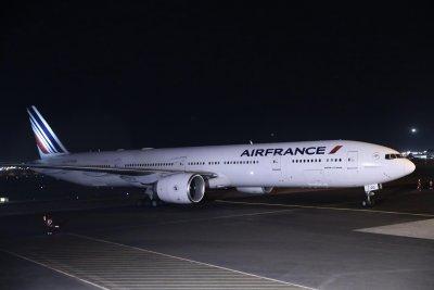 """Самолет на """"Ер Франс"""" кацна аварийно на Летище София заради буйстващ пътник"""
