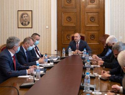 Радев се срещна със службите за сигурност заради случаи на накърняване права на българи в РСМ