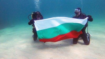 3 март под вода - водолази издигнаха българския трибагреник