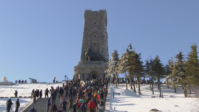 Политици и граждани почетоха паметта на героите на връх Шипка (Обзор)