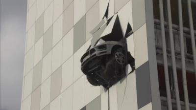 Кола вися с часове от висок етаж на сграда в Москва