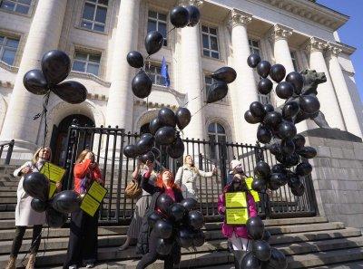 В небето над София полетяха 100 черни балона, вместо цветя (СНИМКИ)