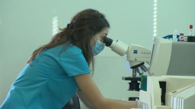 Една година от пандемията: Вирусът мутира, очаква се поредна ваксина