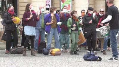 Артисти продължават да окупират театри във Франция с искане за отварянето им