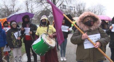 Самодейци и членове на читалища излязоха на протест в Ловеч