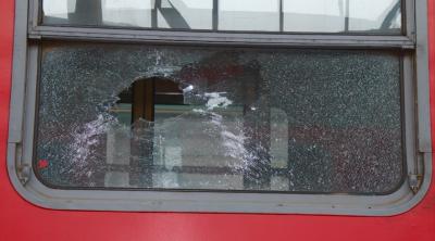 Три влака са със счупени прозорци след замеряне с камъни от вандали