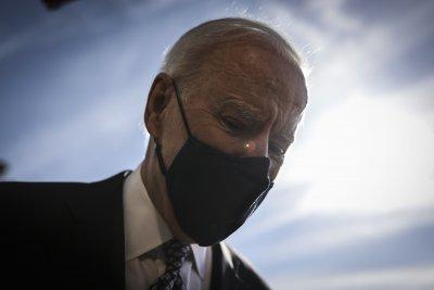 Джо Байдън се спъна по стълбите на президентския самолет (Видео)