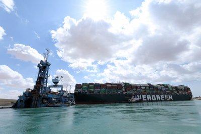 Леко е преместен заседналият на Суецкия канал контейнеровоз
