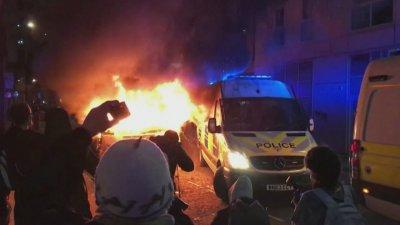Двама полицаи са ранени при сблъсъци в Бристол