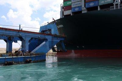 Възможно забавяне на доставките в цял свят заради затворения Суецки канал