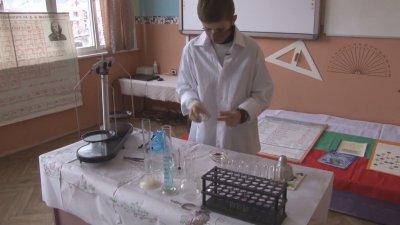 Петокласник от родопско село написа помагало по химия за 7. клас