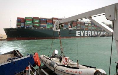 Стоки за 10 милиарда долара са блокирани в Суецкия канал