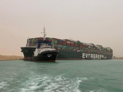 Суецкият канал остава затворен: Светът губи по 400 млн. долара на час