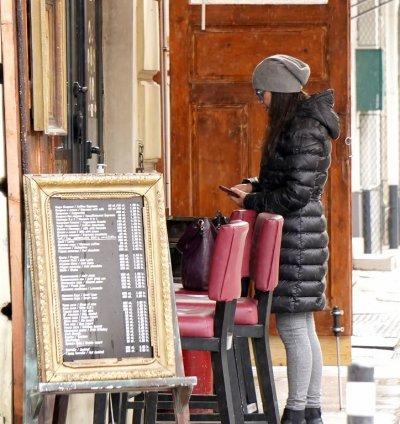 Денят преди затварянето: Празни улици, но пълни заведения (СНИМКИ)