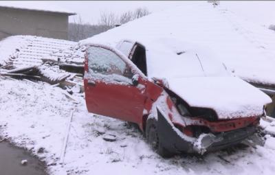 """Куриозен инцидент: Кола излетя и """"кацна"""" върху покрив на къща"""