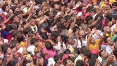 Стотици хора пренебрегнаха пандемията и отбелязаха фестивала на цветовете в Индия