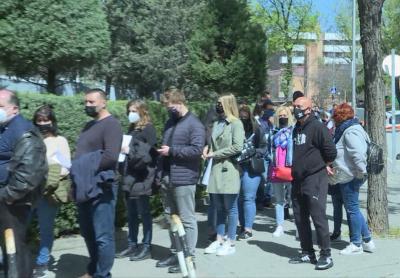Огромна опашка от желаещи да гласуват в Мадрид
