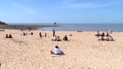Необичайно топло време изкара хората по плажовете в Югозападна Франция