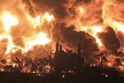 Пожар в петролна рафинерия: Петима са ранени, а близо 1000 евакуирани в Индонезия