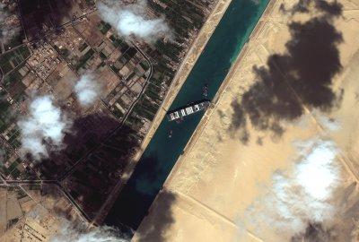 Суецкият канал остава блокиран, не е ясно кога ще възстановят корабоплаването
