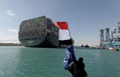 Поне 3 дни ще отнеме нормализирането на трафика през Суецкия канал