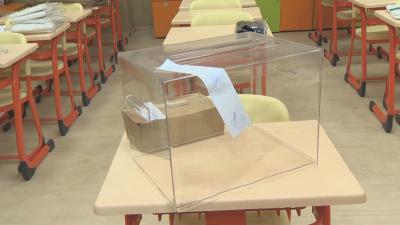 Как гласуват с мобилна урна карантинираните избиратели?