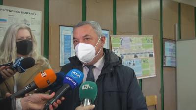 Валери Симеонов гласува с хартиена бюлетина