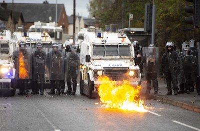 """С камъни и коктейли """"Молотов"""": замеряха полицията в Белфаст"""