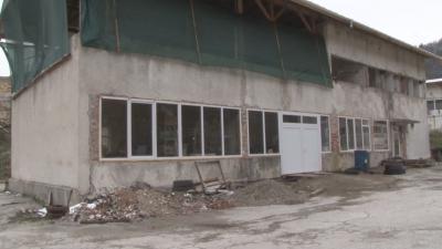 Дърводелец превръща рушаща се сграда в център по изкуствата в село Смилян